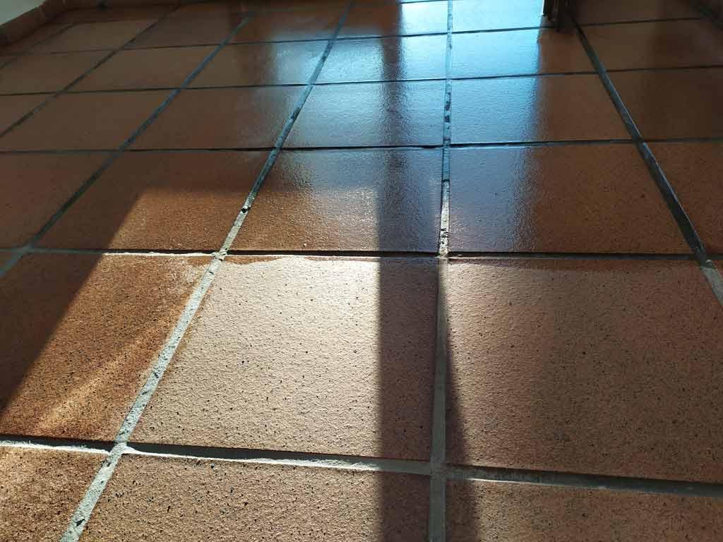 limpieza de suelo de gres efecto mojado