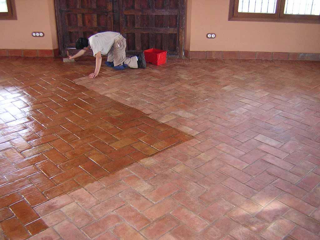 Como limpiar suelos de barro interiores y exteriores