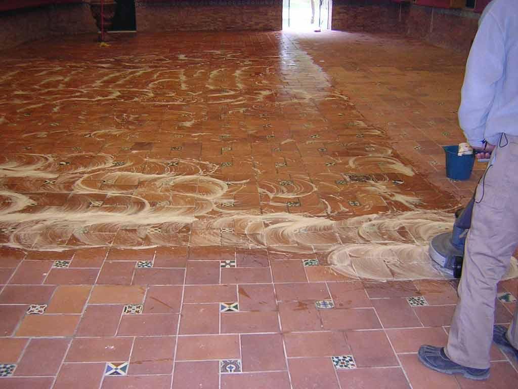 limpieza de suelo de gres interior
